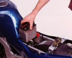 Cambiar la bateria de la moto